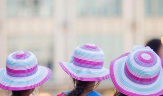 Kinder und Menschen mit lichtem Haar sollten bei großer Hitze eine Kopfbedeckung tragen. (Foto)