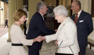 So wird's gemacht: Daniela Schadt, Lebensgefährtin des ehemaligen Bundespräsidenten Joachim Gauck, macht bei der Begrüßung vor Königin Elizabeth II. einen Knicks. (Foto)
