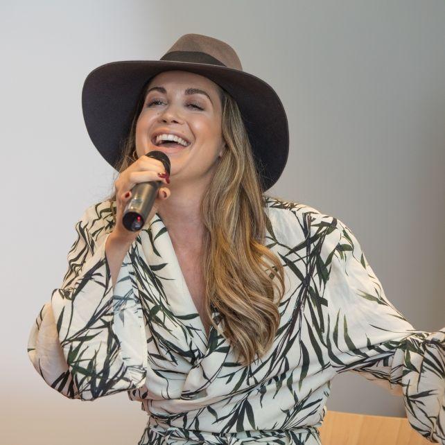 Busen-Blitzer für Deutschland! Mandy singt für die Formel-1 (Foto)