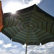 Strand-Horror! Frau von Sonnenschirm durchbohrt (Foto)