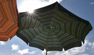 In den USA wurde eine Frau von einem Sonnenschirm durchbohrt (Symbolbild). (Foto)