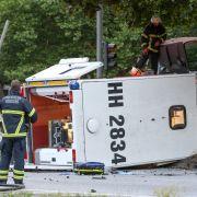 Rettungswagen mit hochschwangerer Frau kippt um (Foto)