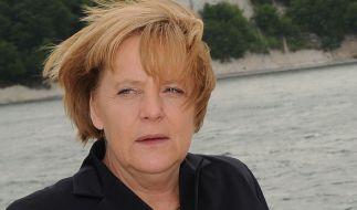 Angela Merkel hat schon diverse schlimme Frisuren aufgetragen. Udo Walz glättet seit einiger Zeit die schlimmsten Sturmfrisuren. (Foto)