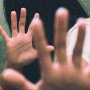 10 Jungen vergewaltigen Mädchen bis es ohnmächtig wird (Foto)