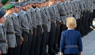 Ursula von der Leyen (CDU), Bundesverteidigungsministerin, nimmt am feierlichen Gelöbnis von Soldaten und Soldatinnen der Bundeswehr auf dem Paradeplatz des Bundesministeriums der Verteidigung teil. (Foto)