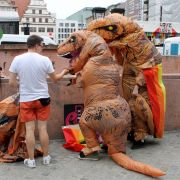 Sogar Dinosaurier demonstrierten bei der Christopher Street Day Parade in Leipzig.