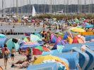 Für gesundheitlich angeschlagene Menschen kann ein Bad in der Ostsee derzeit gefährlich werden. (Foto)