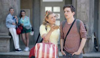 Brenda (Annabella Zetsch) hat Luis (Maximilian Braun) in der Hand. (Foto)
