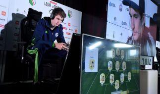 """Die Finalisten der """"FIFA 17 WM"""":Tim Schwartmann (l.) gegenAugust Rosenmeier (r.). (Foto)"""