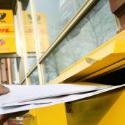 Die Deutsche Post will das Porto für Standardbriefe erhöhen. (Foto)