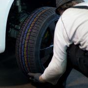 Tödlicher Reifenwechsel! Mann auf Autobahn von LKW überfahren (Foto)