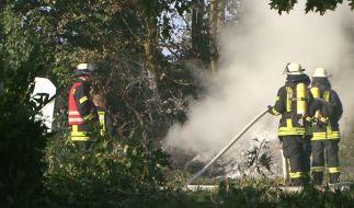 Niedersachsen, Melle: Feuerwehrleute arbeiten an der Absturzstelle eines Ultraleichtfliegers. (Foto)