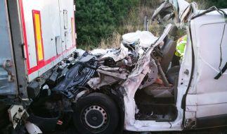 Ein völlig zerstörter Kleintransporter, in dem zwei Menschen starben, steht nach einem schweren Unfall auf der A2 in Fahrtrichtung Hannover zwischen Peine-Ost und Hämelerwald. (Foto)