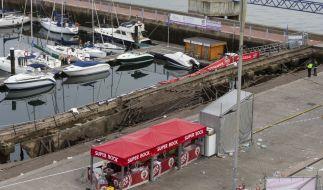 Ein Foto zeigt den zerstörten Holzsteg im spanischen Vigo:Der Steg brach während eines Festivals unter dem Gewicht der Massen zusammen, einige Besucher fielen ins Wasser. (Foto)
