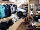 Ein verunglücktes Fahrzeug steht in einem Sportgeschäft in Kempten. (Foto)