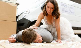 Jenny (Kaja Schmidt-Tychsen) kniet über Deniz (Igor Dolgatschew): Endet ihre Hochzeit mit einem Tod? (Foto)