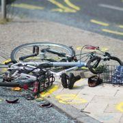 Tödlicher Unfall! Radfahrerin von Straßenbahn überrollt (Foto)