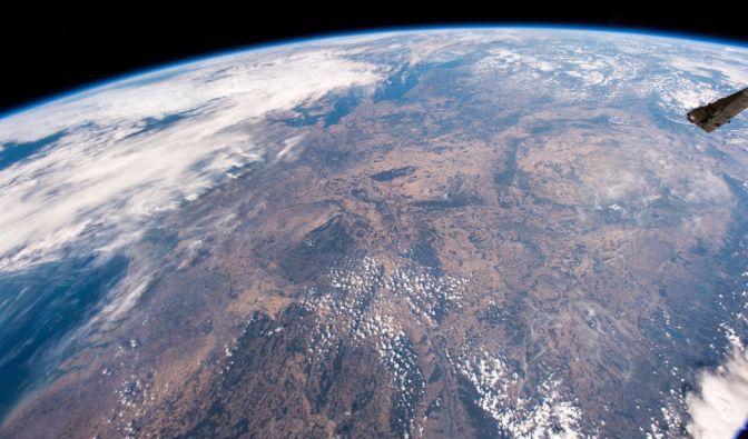 Vertrocknete Felder, Temperaturrekorde und wochenlang kaum Regen - Deutschland erlebt einen Ausnahmesommer. Das von der Raumstation ISS aus aufgenommene Foto Mitteleuropas zeigt das besorgniserregende Ausmaß der anhaltenden Dürre. (Foto)