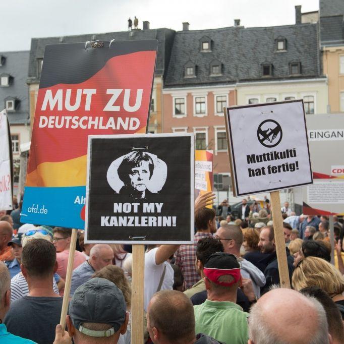 """Volksverräterin!"" Zwei Ampullen bei Merkel-Besuch geworfen (Foto)"