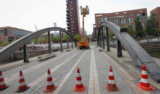 Bauwerksprüfingenieure kontrollieren die Busanbrücke in der Hamburger Speicherstadt auf mögliche Schäden. (Foto)