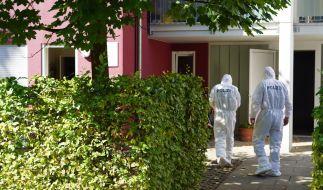 Beamte der Spurensicherung betreten den Tatort. (Foto)