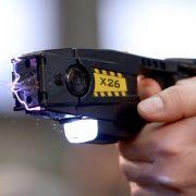 Polizei attackiert Oma (87) mit Elektroschocker - der Grund ist absurd (Foto)