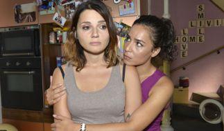Shirin (Gamze Senol, r.) versucht die unter Liebeskummer leidende Anni (Linda Marlen Runge) zu trösten. (Foto)