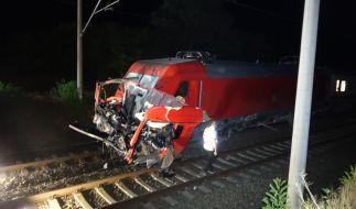 Sachsen-Anhalt, bei Wulfen: Fahrzeugteile eines Lastwagens liegen auf den Schienen vor einem IC. Bei dem Zusammenstoß eines IC mit einem Lastwagen ist ein Mann ums Leben gekommen. (Foto)