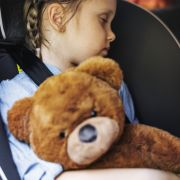 Kind schläft in Autositz und erstickt qualvoll (Foto)