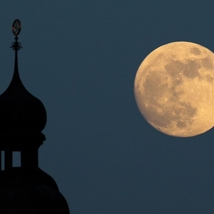 Roter Mond leuchtete am Nachthimmel (Foto)