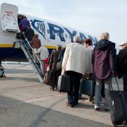 Passagiere sauer! Ryanair macht Handgepäck kostenpflichtig (Foto)