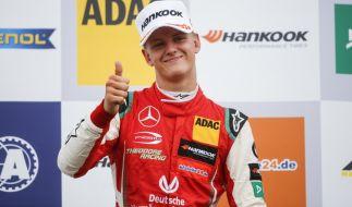 Mick Schumacher jubelt auf dem Podium nach seinem Sieg in Silverstone 2018. (Foto)