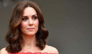 Bei öffentlichen Auftritten versteckt Kate Middleton ihre Narbe an der linken Schläfe hinter einer breiten Haarsträhne. (Foto)