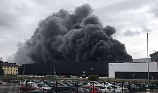 Eine Gewerbehalle in Aachen steht lichterloh in Flammen. (Foto)