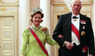König Harald V. von Norwegen und seine Ehefrau Königin Sonja von Norwegen sind seit 50 Jahren verheiratet - doch um eine Frau aus dem Volk heiraten zu dürfen, musste Harald von Norwegen lange kämpfen. (Foto)