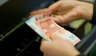 Sich an der Supermarktkasse Bargeld auszahlen zu lassen erspart vielen Kunden den Weg zur Bank oder zum Geldautomaten. (Foto)