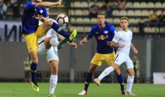 Szenen aus dem Hinspiel: Timo Werner (l) von Leipzig wird von einem Spieler von Luhansk bedrängt. (Foto)