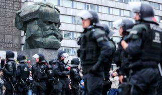 Ausnahmezustand in Chemnitz: Polizisten sichern eine Demonstration der rechten Szene vor dem Karl-Marx-Denkmal. (Foto)