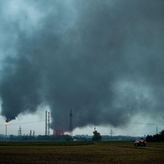Nach Explosion in Raffinerie zahlreiche Schäden in der Umgebung (Foto)
