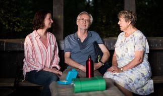 Hans Beimer, gespielt von Joachim Luger, sitzt in seiner letzten Serienepisode neben Anna, gespielt von Irene Fischer (l), und Helga, gespielt von Marie-Luise Marjan. (Foto)