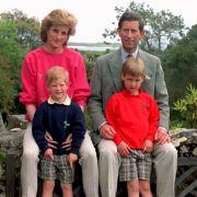 Prinz Charles und Prinzessin Diana mit ihren Kindern Harry (l) und William auf den Scilly-Inseln (Archivfoto vom 01.06.1989).