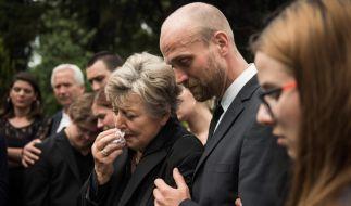 Ehefrau Helga (Marie-Luise Marjan) und Sohn Klaus Beimer (Moritz A. Sachs) am Grab von Vater Hans Beimer (Joachim H. Luger). (Foto)