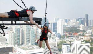 Lucas Cordalis (l.) und Sabia Boulahrouz (r.) über den DächernBangkoks. (Foto)