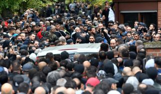 Zahlreiche Trauergäste kommen zur Beerdigung von Nidal R. auf dem Neuen Zwölf-Apostel-Kirchhof in Schöneberg. (Foto)