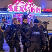 Bei der nach Polizeiangaben bislang größten Razzia im Bahnhofsviertel waren rund 500 Beamte im Einsatz, ganze Straßenzüge wurden abgesperrt, hunderte Verdächtige wurden kontrolliert.
