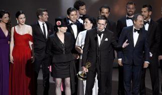 """Amy Sherman-Palladino (vorne l) und Daniel Palladino (M) nehmen mit dem Cast und der Crew von """"The Marvelous Mrs. Maisel"""" den Preis in der Kategorie """"Beste Comedyserie"""" entgegen. (Foto)"""