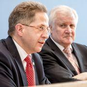 Seehofer (r.) hat Hans-Georg Maaßen zum Staatssekretär befördert. (Foto)