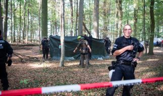 Rettungskräfte im Hambacher Forst kümmern sich um einen Mann, der 15 Meter tief durch eine Hängebrücke gebrochen ist. (Foto)