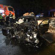 Im Auto eingeklemmt - Zwei Männer verbrennen (Foto)