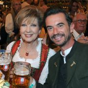 Florian Silbereisen feierte ohne Freundin Helene Fischer beim Oktoberfest 2018 und stemmte im Schottenhamel-Festzelt mit Moderatorin Carolin Reiber den Maßkrug.